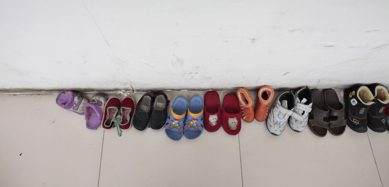 una-fila-de-zapatos-pertenecientes-a-huerfanos-de-la-fuyang-aids-orphan-salvation-association-en-china-reuters